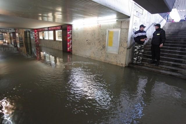 Zalany tunel na Dworcu Głównym w Poznaniu, pod wodą także ulice w mieście...