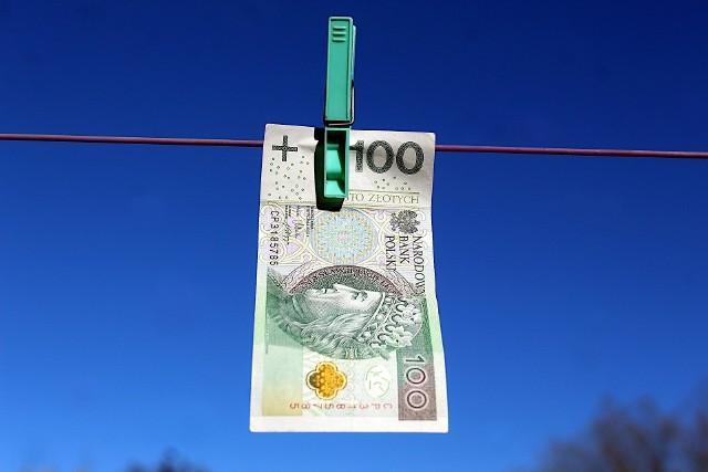 Niejednemu z nas zdarzyło się uprać banknot razem ze spodniami lub po prostu niechcący go przedrzeć lub w inny sposób uszkodzić. Późiej zdarza się, że w sklepie nie chcą nam go przyjąć. Czy to oznacza, że pieniądze straciliśmy? Co zrobić ze zniszczonymi lub starymi banknotami? Czy możemy wymienić je na nowe? Kiedy, gdzie i na jakich zasadach? Sprawdź!--->