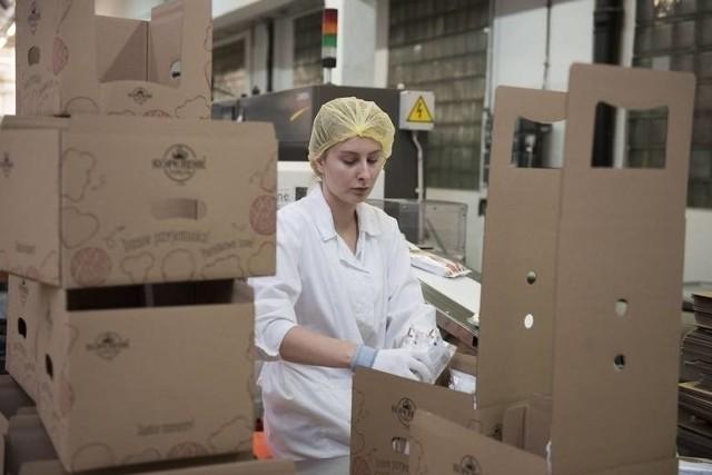 Znane zakłady, ale i małe firmy w Toruniu szukają we wrześniu pracowników. Praca czeka przy produkcji, w szwalniach, transporcie. Szukają np. Pacific, TZMO, Sempre, Kopernik, Neuca, Babell i inni. Oto konkretne oferty z zarobkami. Czytaj dalej. Przesuwaj zdjęcia w prawo - naciśnij strzałkę lub przycisk NASTĘPNE