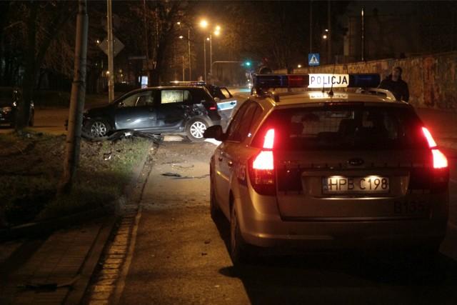 Zdarzenie miało miejsce w sobotę, 2 czerwca na Retkini. Policjant prewencji był po zakończeniu służby, gdy na jednym z parkingów zobaczył próbującego wyjechać kierowcę. Przy okazji uszkodził inne zaparkowane pojazdy. Policjant natychmiast ruszył w kierunku nieostrożnego kierującego. Okazało się, że za kierownicą siedział 75-letni mężczyzna. Funkcjonariusz wyczuł od kierowcy woń alkoholu.CZYTAJ DALEJ NA KOLEJNYM SLAJDZIE