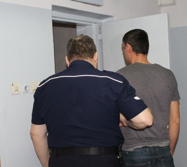 Do 8 lat więzienia grozi dwóm mężczyznom za pobicie 32-letniego mieszkańca hostelu. Napastnicy wtargnęli do jego pokoju i zaczęli okładać ofiarę kantówkami oraz pięściami. Pobicie miało być odwetem za to, że 32-latek wcześniej stanął w obronie swojej znajomej, która była zaczepiana przez tych mężczyzn. Po napaści obaj uciekli.Czytaj na kolejnym slajdzie