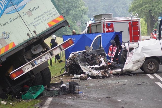 Tragiczny wypadek na DK25. W środę rano na trasie Kalisz - Zbiersk osobówka zderzyła się z samochodem dostawczym. W wypadku zginął kierowca osobówki. Zobacz kolejne zdjęcia ---->