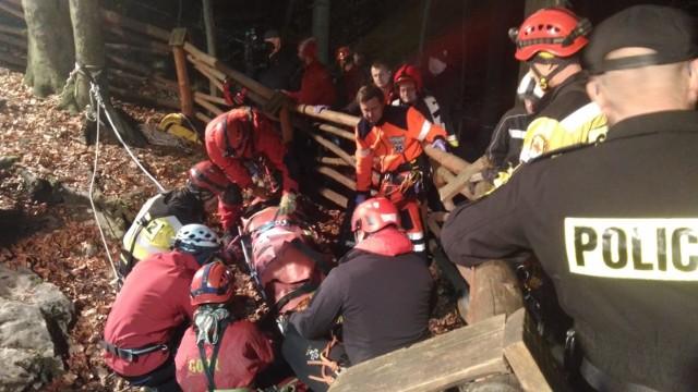 Mężczyzna w pewnym momencie spadł z wysokości 6 m. Jego koledzy nie mogli go wydobyć. Był ranny. Wezwali ratowników GOPR. Przyjechała też staż pożarna i pogotowie ratunkowe.
