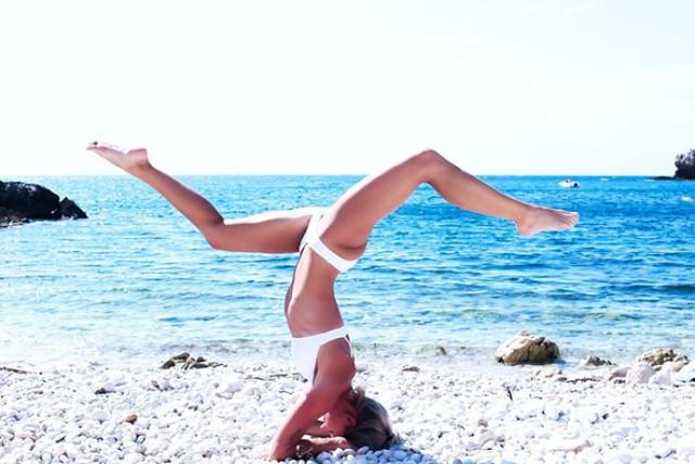 Maria Pettersson, pilot sieci Ryanair podbija Internet swoimi selfie z całego świata. Kobieta ćwiczy na nich jogę, pływa, cieszy się życiem i... zakłada nogi za głowę. Jej profil na Instagramie śledzi prawie 240 tysięcy osób. Zobaczcie najciekawsze zdjęcia z wypraw pani pilot. Kliknij w foto, aby wyświetlić galerię.