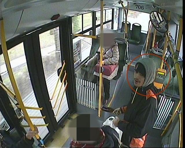 12 grudnia br.w godzinach popołudniowych w Głogowie przy ulicy Sikorskiego, nieustalony sprawca, rzucając w stronę autobusu komunikacji miejskiej linii nr 50, butelką po piwie, uszkodził karoserię i powłokę lakierniczą pojazdu. W wyniku tego zdarzenia powstały straty, które wyceniono są na kwotę 9.928,68 zł.Policja w Głogowie poszukuje sprawcy. - Osoby, które rozpoznają mężczyznę na podstawie zarejestrowanego materiału z monitoringu lub posiadają jakiekolwiek informacje mogące przyczynić się do ustalenia tożsamości sprawcy, proszone są o kontakt z prowadzącym postępowanie policjantem komendy w Głogowie pod numerami telefonów: 76 7277259, 76 7277242 lub 241 (w godz. 07.30-15.30) całodobowo numer alarmowy Policji 997 - informuje oficer prasowy KPP w Głogowie podinsp. Bogdan KaletaZobacz również: Poszukiwany sprawca rozboju. W wigilię napadł na sprzedawczynię