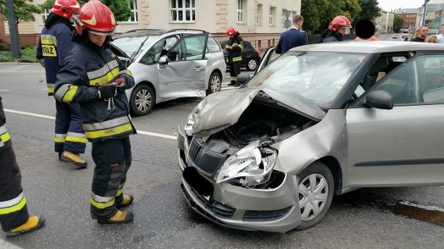 Tuż przed godziną 15.00 strażacy przybyli na rondo Jagiellonów, gdzie według wstępnych informacji doszło do kolizji dwóch samochodów osobowych.