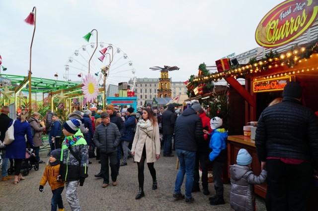 Bożonarodzeniowy jarmark w Poznaniu można odwiedzać codziennie od godz. 11.00 do 21.00. Co działo się na placu Wolności w niedzielę? Przejdź dalej i sprawdź --->