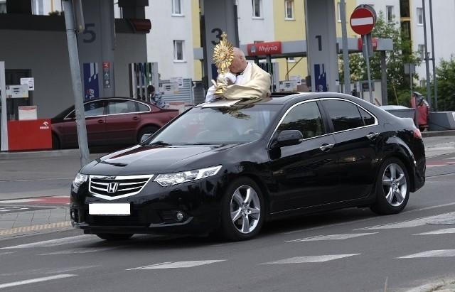 Dziś, 11 czerwca, obchodzimy Boże Ciało, jedno z najważniejszych świąt w kościele katolickim. Ulicami Torunia przeszły tradycyjne procesje. Jedna z toruńskich parafii postanowiła się wyróżnić i oprócz przemarszu zorganizowała przejazd pośród domów i bloków w celu pobłogosławienia mieszkańców.CZYTAJ DALEJ >>>>>Zobacz także:Boże Ciało 2020 w Toruniu. Procesja przeszła ulicami starówki. Zobacz zdjęcia!Boże Ciało 2020 w Toruniu. Zobacz zdjęcia z procesji Na Skarpie