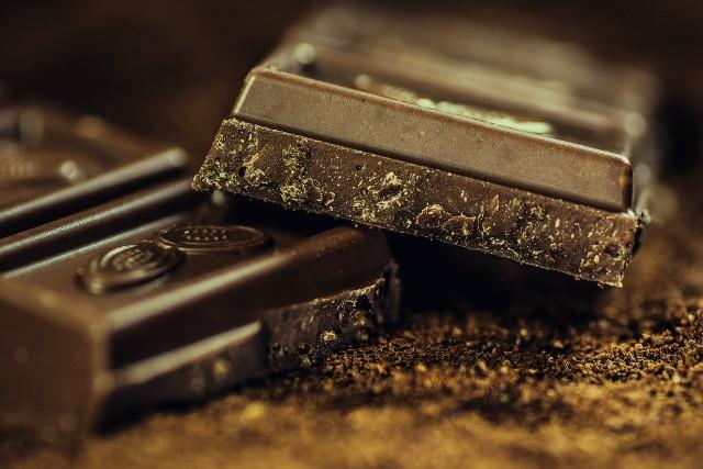 Czekolada - uwielbiana praktycznie przez wszystkich. Tabliczka czekolady mlecznej to 7 łyżeczek cukru, natomiast biała czekolada zawiera ich nawet 11.