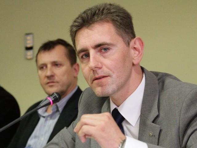 Wojewoda Maciej Żywno, podczas wtorkowej konferencji prasowej. Poinformowano na niej o częściowym zamknięciu stadionu dla kibiców.
