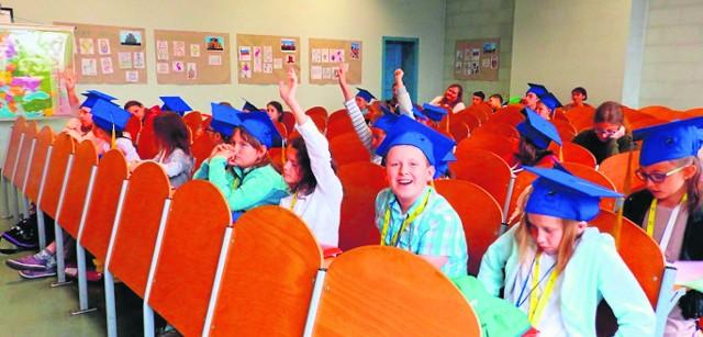 Zajęcia w ramach Akademii Młodego Poligloty prowadziło 16 wykładowców, a pomagało im ponad 20 wolontariuszy. Wzięło w niej udział 60 słuchaczy. Nabór do kolejnej edycji zostanie ogłoszony we wrześniu.