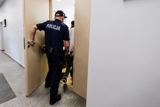 Do zdarzenia z udziałem dwóch mężczyzn, podejrzanych o pedofilię, doszło w ciągu kilkunastu godzin w Kujawsko-Pomorskiem. Obaj mężczyźni zostali zatrzymani przez tzw. łowców pedofili. Potem zostali przekazani w ręce policji