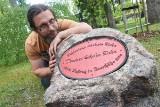 Odnaleziona 100-letnia tablica dębu Napoleona stoi już przy klonie słynnego drzewa