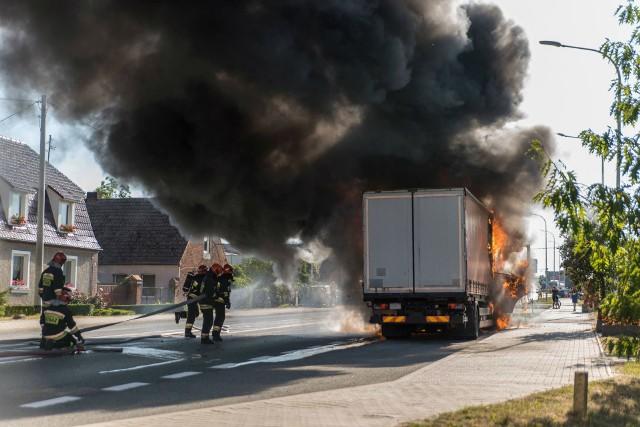 O prawdziwym pechu może mówić kierowca ciężarówki z województwa pomorskiego. Jego auto stanęło w płomieniach w Wilkowie koło Świebodzina. Musiała interweniować straż pożarna. Do zdarzenia doszło we wtorek, 3 lipca, przed godziną 18.00.O pożarze poinformowali nas Czytelnicy, którzy są także autorami zdjęć. - Kierowca zabrał tylko dokumenty. Próbował gasić pożar, ale nic to nie dało - napisał jeden z nich na Facebooku. - Na drodze krajowej 92 doszło do pożaru zestawu pojazdów ciężarowych – potwierdza sierż. sztab. Marcin Ruciński, oficer prasowy KPP Świebodzin. – Prawdopodobną przyczyną pożaru pojazdu było zwarcie instalacji elektrycznej w silniku.  Jak zaznacza funkcjonariusz, kilkanaście minut wcześniej pojazd zgasł, po ponownym uruchomieniu kierowca zauważył dym oraz ogień wydobywający się spod maski. -  W związki z tym zjechał na pobocze – dodaje.Strażacy opanowali już ogień. Straty są jednak ogromne. Zniszczona została kabina ciężarówki i naczepa. Na szczęście nikt w pożarze nie ucierpiał. Zoabzcz wideo: SZALENIEC NA DRODZE. CUDEM UNIKNĄŁ ŚMIERCI [NAGRANIE CZYTELNIKA