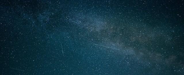 Deszcz Lirydów 2021. Kwietniowe niebo zachwyci! Przed nami noc spadających gwiazd. Warto oglądać w kwietniu deszcz Lirydów. Tylko kiedy, gdzie i jak najlepiej oglądać Deszcz Lirydów w kwietniu 2021? Sprawdź!