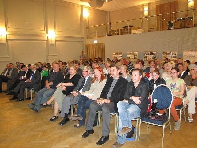 Uczestnicy konferencji archeologicznej podcza obrad. W pierwszym rzędzie poznańscy archeolodzy.