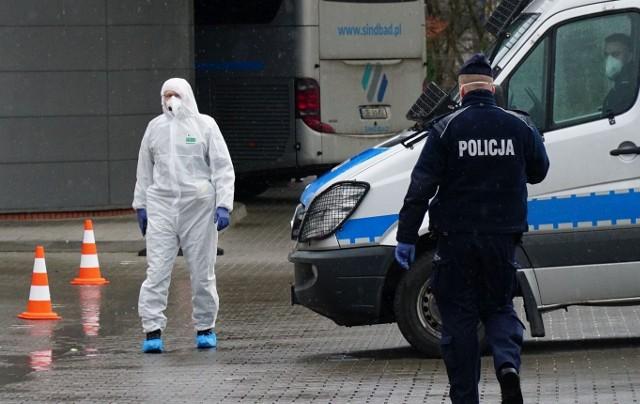 Czy kobieta, która w czwartek zmarła po zarażeniu koronawirusem, powinna trafić szybciej na oddział zakaźny do szpitala w Poznaniu? Lekarze ze szpitala przekonują, że wcześniej nie spełniała kryteriów ustalanych przez Głównego Inspektora Sanitarnego.