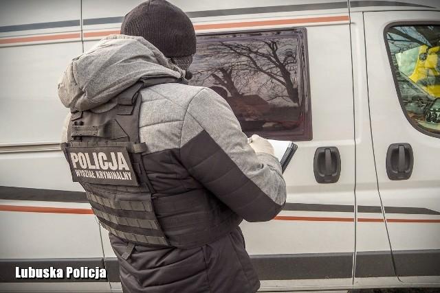 """W sobotę (14 grudnia) policjanci sulęcińskiej drogówki pełnili służbę na drodze K-22. Do kontroli zatrzymali fiata typu kamper na zagranicznych numerach rejestracyjnych.W stacyjce kampera znajdował się tzw. """"łamak"""". Okazało się, że kamper został skradziony kilka godzin wcześniej na terenie Niemiec, a właścicielka nie zdążyła złożyć jeszcze oficjalnego zawiadomienia. Dzięki policjantom z sulęcińskiej drogówki auto warte ponad 255 tysięcy złotych zostało odzyskane.- Kolejny raz policjanci sulęcińskiej drogówki wykazali się """"policyjnym nosem"""". Dzięki czujności funkcjonariuszy, auto już niebawem wróci do prawowitej właścicielki - informuje sierż. Klaudia Richter rzeczniczka sulęcińskiej policji.WIDEO:  Gigantyczna ilość narkotyków zabezpieczona na terenie Niemiec. Na ich trop wpadli policjanci z Polski"""