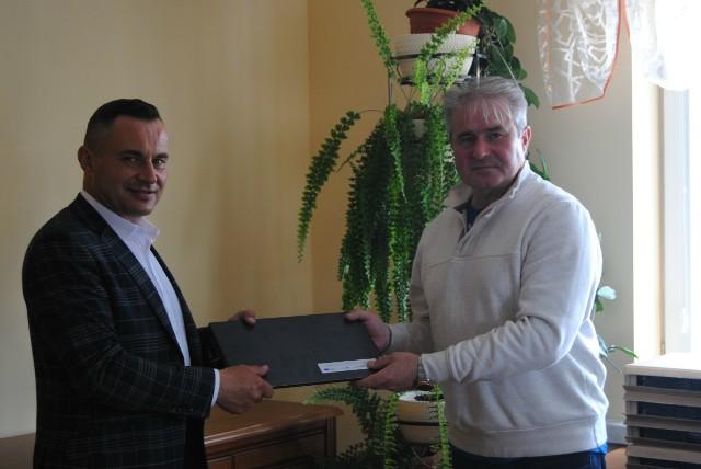 Sprzęt z rąk burmistrza Włoszczowy Grzegorza Dziubka odbiera dyrektor Szkoły Podstawowej numer 2 we Włoszczowie Zbigniew Hamera.