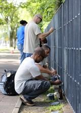 Amerykańscy żołnierze pomalowali ogrodzenie łódzkiego Botanika [zdjęcia]