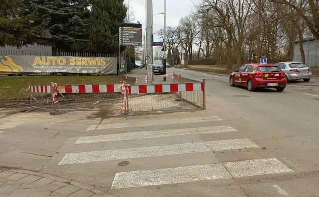 W czwartek, po wylaniu asfaltowego dywanika, barierki utrudniające wjazd w ul. Joanny Żubrowej znikną.