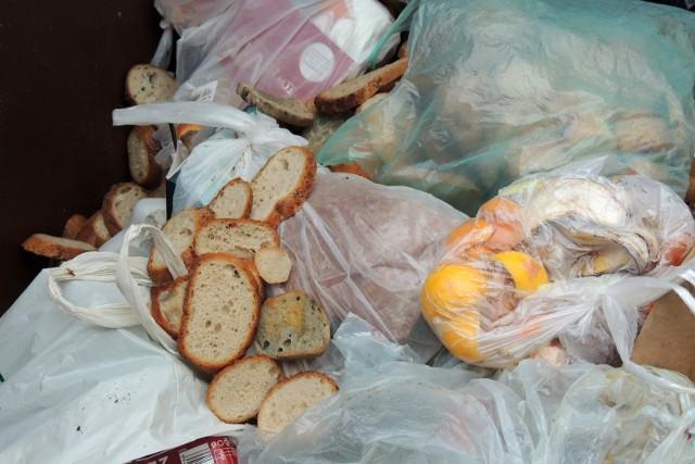 Najwięcej żywności marnują konsumenci, 60 proc. wyrzucanego jedzenia pochodzi z gospodarstw domowych.