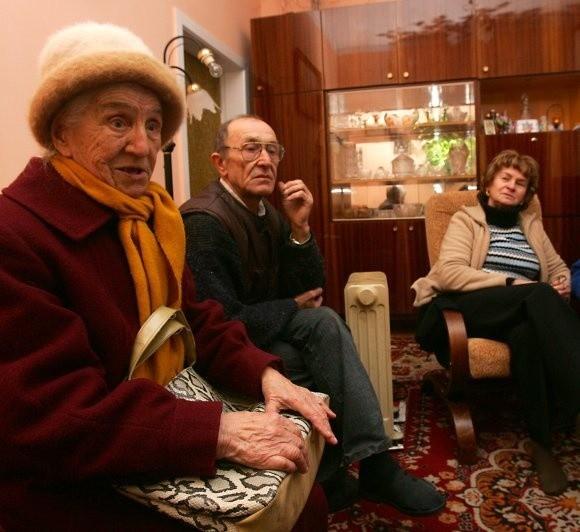 Mieszkańcy budynku przy ul. Stołczyńskiej ogrzewają tylko po jednym pomieszczeniu. Na więcej ich nie stać. Na zdjęciu od lewej: najstarsza lokatorka 88-letnia Józefa Kociuba, Jan Fraszczyk i Maria Siczek.