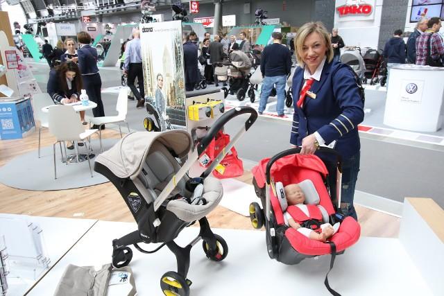 Anna Gierat z firmy Marko prezentuje fotelik samochodowy nowej generacji produkowany przez firmę Doona, który w kilka sekund można zamienić w wózek lub kołyskę. Kosztuje około 1200 złotych.