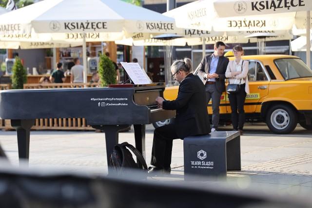 Na placu przed Teatrem Śląskim w Katowicach stanął całoroczny zewnętrzny fortepian Cadenza. Przez miesiąc będzie ozdobą centrum Katowic