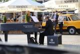 Katowice. Przed Teatrem Śląskim stanął fortepian. Do lipca będzie ozdobą rynku. Każdy może na nim zagrać i wziąć udział w konkursie