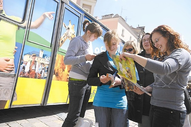 Anna Orlik-Szewczyk i jej uczennice najbardziej interesowały się ofertą naszych południowych sąsiadów. (fot. Sławomir Mielnik)
