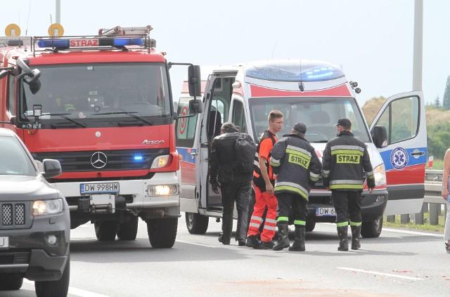 Ratownicy medyczni pogotowia i lekarz do ostatnich chwil walczyli o życie poszkodowanego motocyklisty. Niestety zmarł