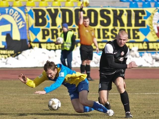 Mariusz Szmidke (przy piłce) gra jako lewy obrońca i jest jeszcze młodzieżowcem w drużynie z Bytowa.
