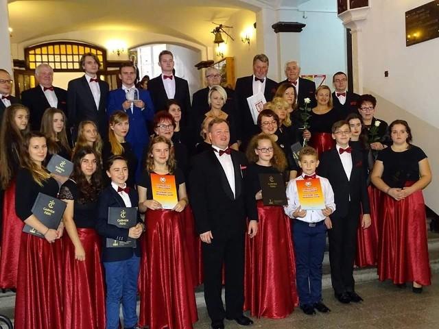 Część Chóru Młodzieżowego Carmen Fidei Parafii Krzyża Świętego w Łomży pod dyrekcją Michała Rajewskiego - zdobył Brązowe Pasmo.