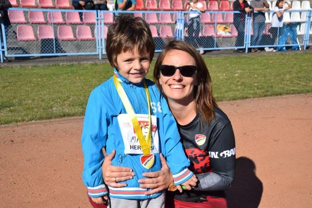 """Biegi dzieci i młodzieży na dystansach 60, 200, 300 i 800 metrów w ramach 18. Świebodzińskiej DziesiątkiW sobotę, 21 września, po raz osiemnasty w ogóle, a czwarty na stadionie miejskim OSiR-u w Świebodzinie, odbyła się impreza biegowa dla dzieci i młodzieży, poprzedzająca bieg główny Świebodzińskiej Dziesiątki. W biegach wzięło udział ponad dwustu uczestników, w tym około sześćdziesięciu przedszkolaków, a także około 160. małych biegaczy - dzieci w wieku przedszkolnym i szkolnym, które startowały indywidualnie - poinformowała nas Ewa Wójcik, szefowa imprezy, wiceprezes Klubu Sportowego Herosi w Świebodzinie. Przy mikrofonie impreze prowadził Tomasz Hucał.  Więcej wiadomości w tygodniku papierowym """"Dzień za Dniem"""" lub na www.prasa24.pl. Aktualny numer w każdą środę. Zajrzyj też na Facebooka https://www.facebook.com/dzienzadniem/;Dzień za Dniem"""