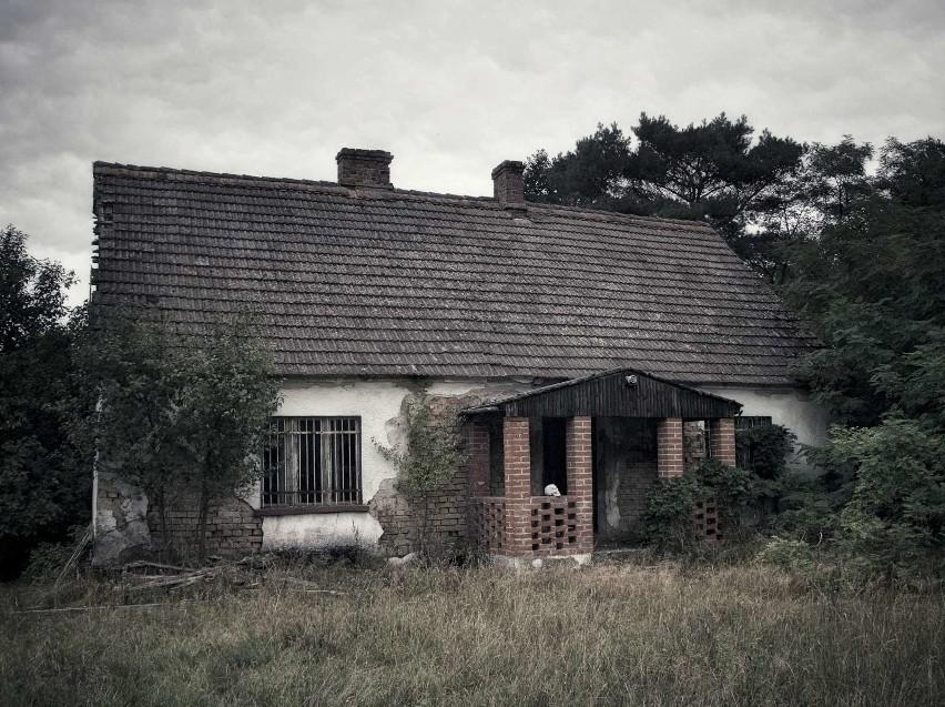Tak wygląda dziś dom we wsi Pąchy koło Nowego Tomyśla, w...