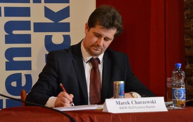 Podczas debaty wyborczej w Malborku Marek Charzewski, kandydat na burmistrza zaczął się dziwne zachowywać