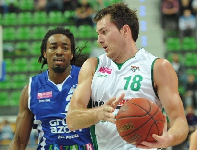 Vladimir Dragicević (z piłką) w środę był najskuteczniejszym koszykarzem Stelmetu Zielona Góra. Ale 17 punktów nie wystarczyło do pokonania AZS-u Koszalin.