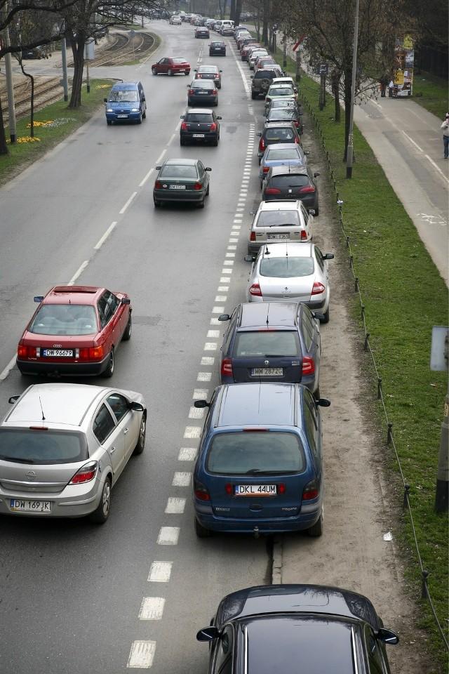 Samochody zaparkowane przy zoo - zdjęcie ilustracyjne