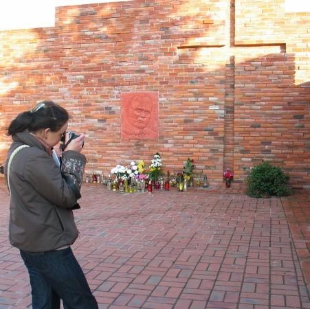 Pomnik bardzo często różni ludzie fotografują. W czwartek spotkaliśmy tam studentkę z Wrocławia.