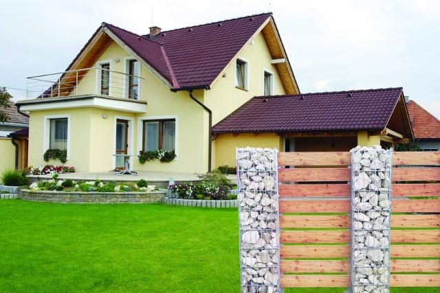 Ogrodzenie z gabionówOgrodzenia wykonane z gabionów są praktyczne oraz estetyczne. Najpopularniejszym materiałem stosowanym do wypełnienia kosza są różnokształtne, kolorowe kamienie. Kamień w architekturze kojarzy się z elegancją, prestiżem oraz stałością.