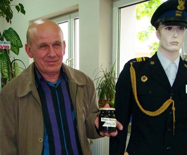 Antoni Gościniak z próbką karlińskiej ropy obok swego dawnego munduru.