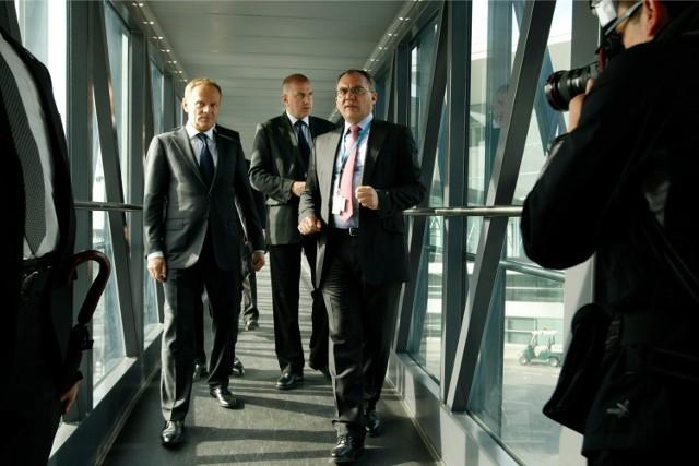 Premier Donald Tusk, prezydent Wrocławia Rafał Dutkiewicz oraz prezes wrocławskiego lotniska Dariusz Kuś