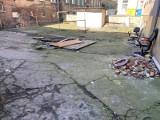 Zapomniane podwórko przy ul. Sławomira w Szczecinie. Tu było koszmarnie! ZDJĘCIA