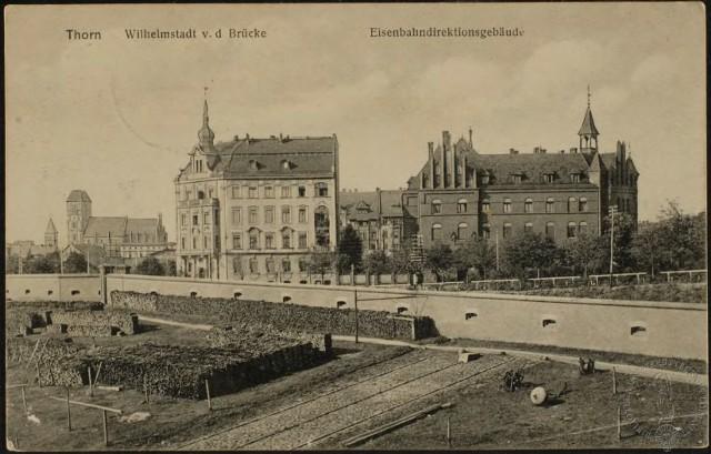 Wiosną 1900 roku rosyjski wicekonsulat w Toruniu po raz trzeci zmienił adres na róg obecnej ulicy Warszawskiej i pl. 18 stycznia