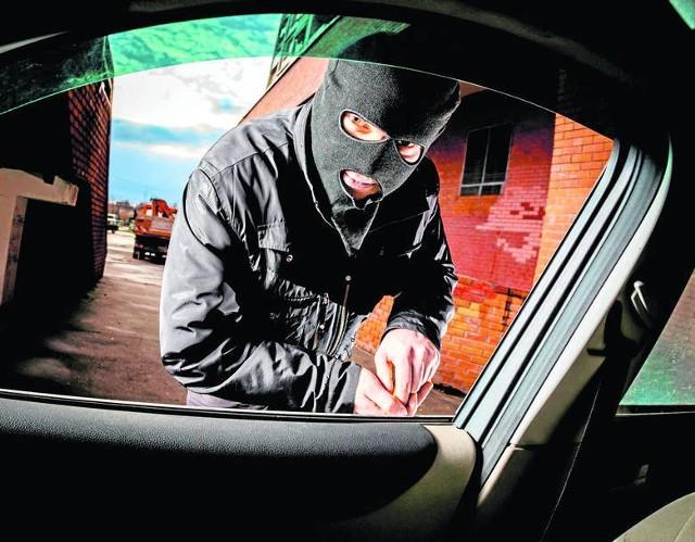Złodzieje mają wiele sprytnych sposobów na kradzież aut w Polsce. Zwykła pomoc innemu kierowcy może nas też dużo kosztować. Sprawdźcie, jak nie dać się podejść oszustom i nie stracić auta!WIĘCEJ NA KOLEJNYCH STRONACH>>>