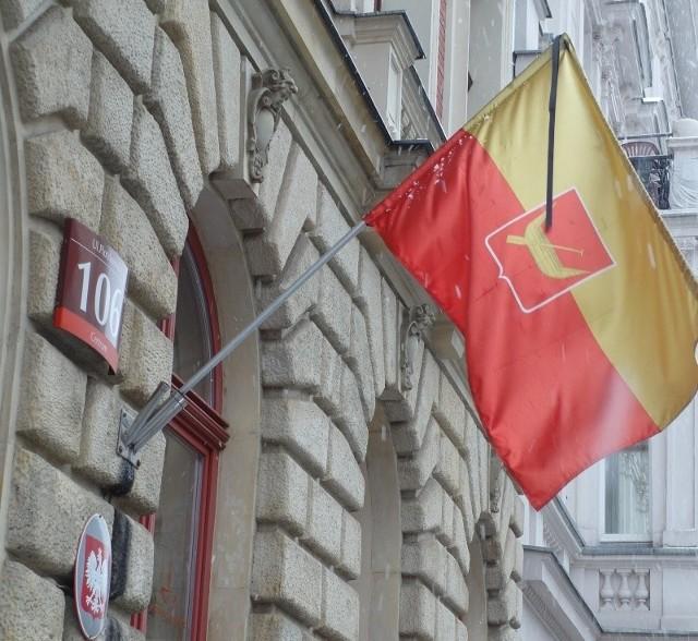 Miejskie flagi z kirem na znak żałoby.