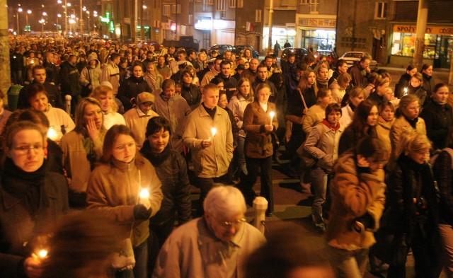 Szczecinianie przeszli ulicami miasta w milczeniu. W rękach trzymali świece i znicze.