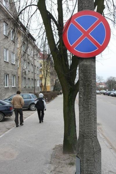 - Wystarczyłoby znieść zakaz zatrzymywania się na chodniku między ul. Grottgera a ul. Słowackiego - mówi pan Leszek. - Ruch tam jest niewielki, a chodnik dość szeroki.
