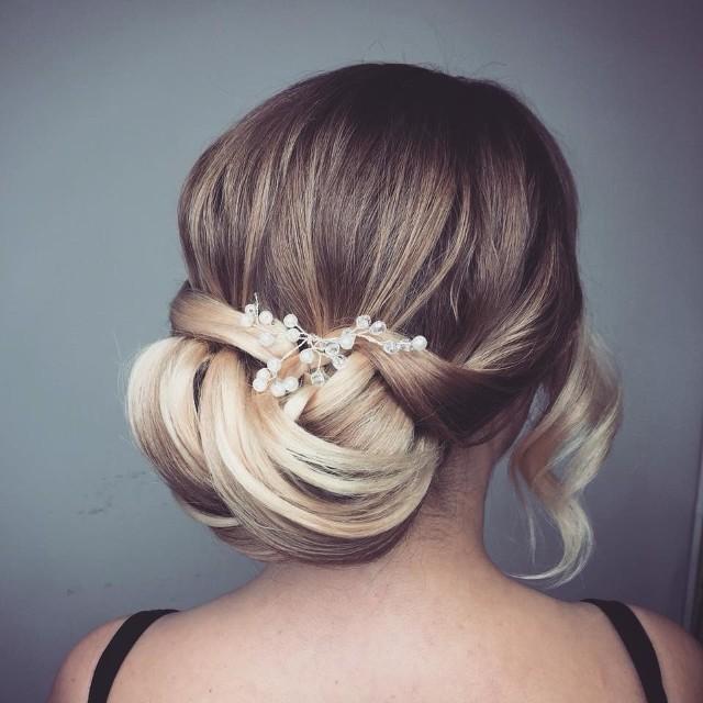 Po wyborze wymarzonej sukni ślubnej przyjdzie czas na odpowiednie dobranie fryzury do stylizacji. Luty to miesiąc, w którym panny młode zaczynają wykonywać swoje próbne uczesania. Zobacz najmodniejsze fryzury ślubne w 2020 roku --->